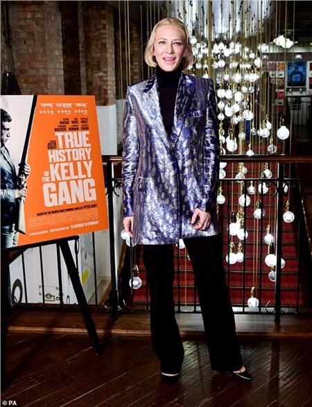 Cate Blanchett ăn mặc rất sang trọng, thời thượng nhưng kiểu tóc lại khiến cô 'auto' cộng thêm tuổi.