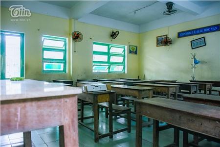 Bên trong lớp học ở trường THCS Lý Thường Kiệt (Q. Hải Châu, TP. Đà Nẵng), bàn ghế ngay ngắn, lớp học sạch sẽ, được biết trước đó thầy cô nhà trường đã tổng vệ sinh trước khi tiếp tục nghỉ đến hết tháng 02.