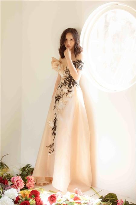 Hoa hậu Mai Phương Thúy khiến người hâm mộ phát sốt vì đăng tải những hình ảnh quá đỗi dịu dàng, ngọt ngào.