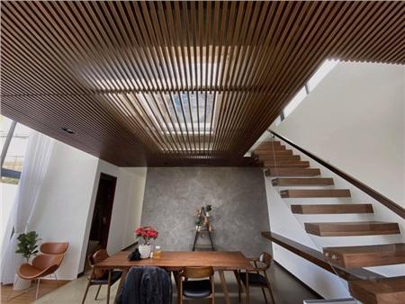 Nội thất bên trong căn nhà được chọn theo tông nâu đồng điệu, tạo cảm giác ấm cúng và đầy đủ tiện nghi.