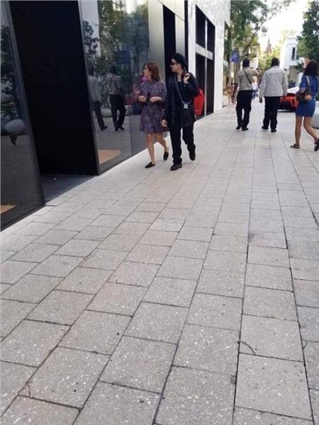 Gil Lê và Hoàng Thùy Linh bị bắt gặp cùng nhau đi mua sắm bên Mỹ.