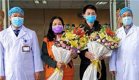 Hai bệnh nhân mắc Covid-19 điều trị ở BV Bệnh nhiệt đới Trung ương xuất viện
