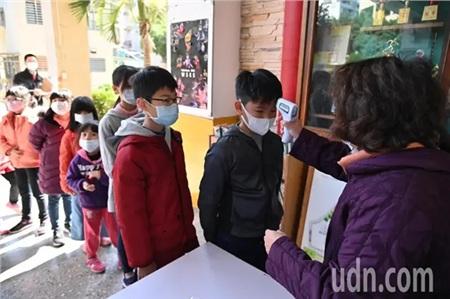 Vào ngày nhập học, các trường học trên khu vực thành phố Cơ Long sẽ phái nhân viênđứng tại cổngđo thân nhiệt của các em học sinh