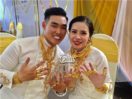 Vợ chồng Ngọc Ánh - Đăng Khoa đeo vàng đầy người, kín 2 cổ tay với số hồi môn từ chị gái của cô dâu.