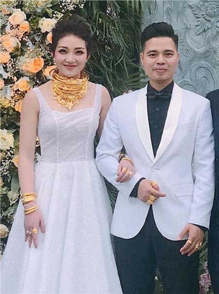 Cô dâu được tặng 49 cây vàng cùng 2,5 tỷ đồng trong ngày cưới: Tưởng 'khủng' nhưng vẫn còn người khác 'chói lóa' hơn 2