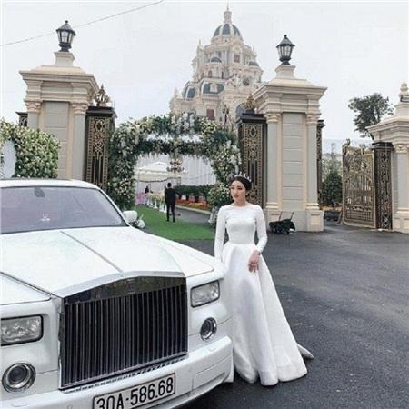 Cô dâu Thu Hương xuất hiện trong đám cưới 'bạc tỷ' với vàng đeo đầy cổ, đứng bên siêu xe và tòa lâu đài đồ sộ.