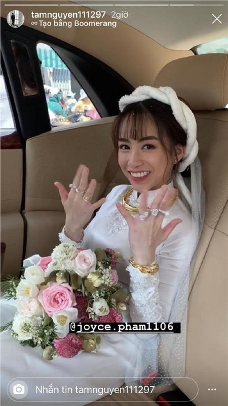 Là đám cưới của con gái nhà đại gia, nên quà cưới cũng không chỉ đơn thuần chỉ có vàng, mà còn rất nhiều kim cương.