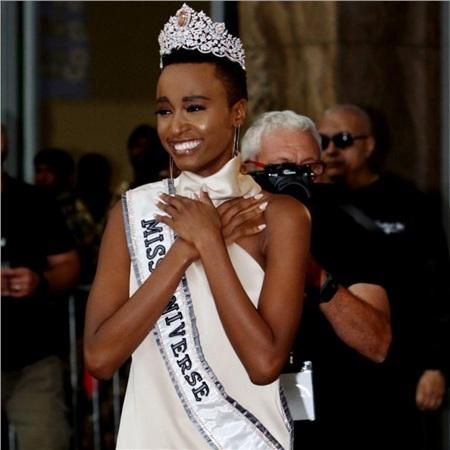 Hoa hậu Hoàn vũ 2019 Zozibini Tunzi gây sốc với làn da sần sùi mụn, trang điểm cũng không che được 3