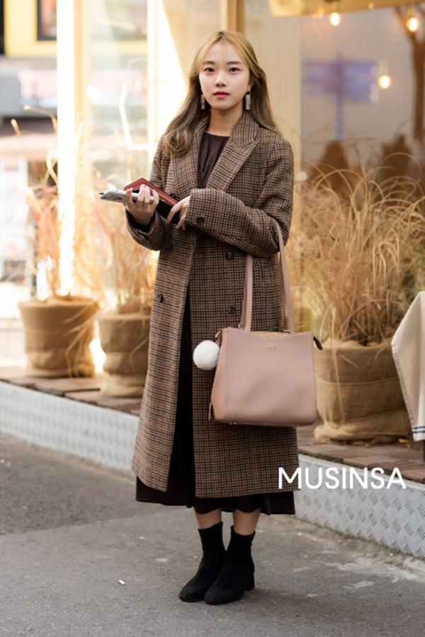 Set đồ với trench coat, váy liền và boots thấp cổ của cô bạn này chính là gợi ý mix&match tuyệt vời cho những ngày trời trở lạnh, đặc biệt là với những ai yêu thích style thanh lịch, thời thượng.