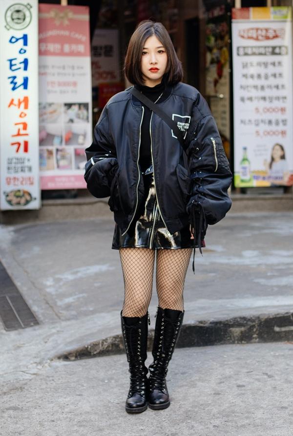 Phối áo thun đen cùng chân váy da và bomber jacket,cô nàng này đã có ngay set đồ cool ngầu, khỏe khoắn, nhất là khi lại có sự hiện diện của đôi combat boots mạnh mẽ đi kèm.