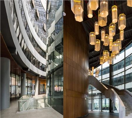 Đèn trang trí được treo ở nhiều nơi với không gian chủ yếu là kính trong suốt