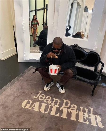 Kanye West say sưa với món cánh gà KFC.