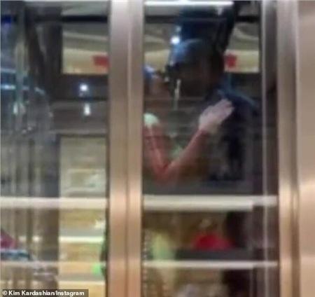 Sở hữu gia sản khổng lồ nhưng vợ chồng nhà Kim Kardashian và Kanye West vẫn dẫn nhau đi ăn KFC 7