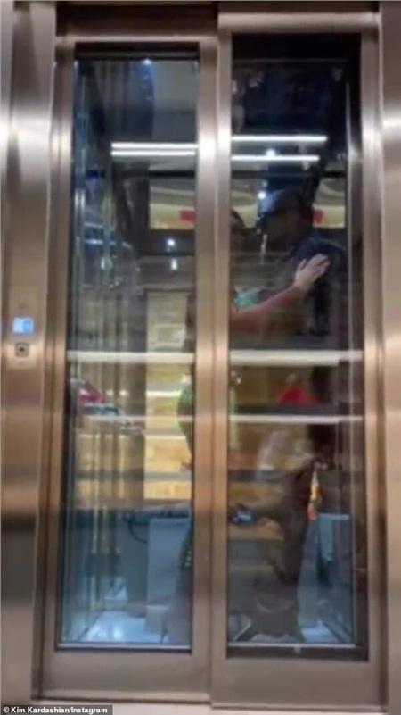 Khoảnh khắc tình cảm của đôi vợ chồng trong thang máy.