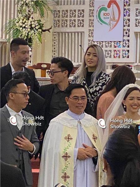 Cận cảnh cô dâu xinh đẹp Tóc Tiên cười rạng rỡ bên chú rể Hoàng Touliver trong nhà thờ làm lễ cưới 3