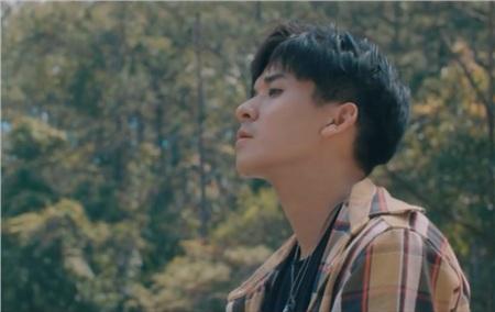 Theo đó, chàng trai lạ mặt thể hiện bài hátCần một lý docó nghệ danh là Quang Đông,tên thật là Lương Trần Phú Thiện, sinh năm 1996.