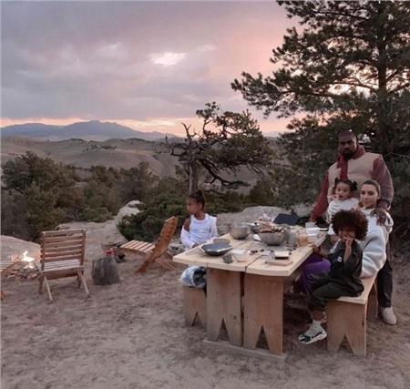 Hình ảnh của cả gia đình Kanye West - Kim Kardashian trong một chuyến chu du tới Wyoming.