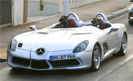Kanye West bị bắt gặp lái chiếc Mercedes-Benz SLR McLaren tại Cannes vào năm 2011. Được biết, chỉ có 75 chiếc xe mẫu này được sản xuất trên thế giới.