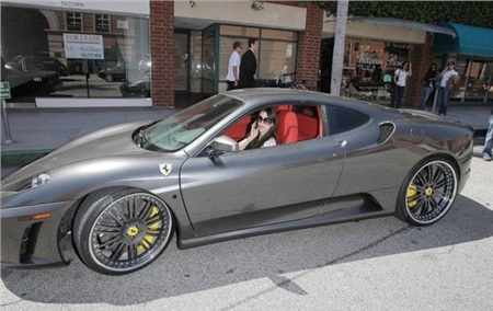 Kim Kardashian đã chi ra 200 nghìn USD (4,6 tỷ đồng) để sở hữu siêu xe Ferrari F430, ngay sau khi cô gặp gỡ Kanye West. Có vẻ như niềm đam mê tốc độ của anh chồng tương lai đã ảnh hưởng tới cô Kim?