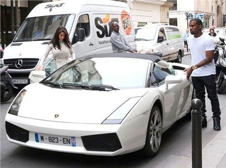 Cặp vợ chồng di chuyển bằng xế hộp Lamborghini Gallardo. Siêu xe này từng được Kanye West trưng dụng vào một MV của anh vào năm 2012.