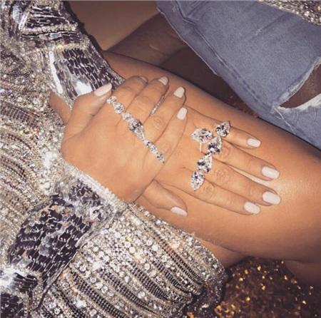 Những trang sức kim cương lấp lánh vô kể. Cũng vì thói khoe trang sức trên mạng xã hội mà Kim Kardashian đã trở thành nạn nhân của một vụ cướp 'hú hồn' tại Paris năm 2016.