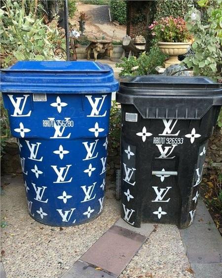 Ngay cả thùng rác cũng phải in logo Louis Vuitton thật sang chảnh nhé!