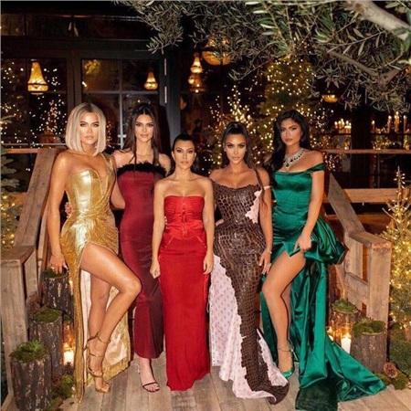 Những hình ảnh sang chảnh của chị em nhà Kardashian - Jenner trong tiệc năm mới, Giáng sinh đã trở thành chuyện thường ngày ở huyện.