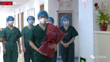 Trước 1 ngày đến viện trợ Vũ Hán, chàng y tá quỳ gối cầu hôn bạn gái tại bệnh viện, hôn lễ gấp rút tiến hành ngay lập tức 0