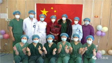 Trước 1 ngày đến viện trợ Vũ Hán, chàng y tá quỳ gối cầu hôn bạn gái tại bệnh viện, hôn lễ gấp rút tiến hành ngay lập tức 4