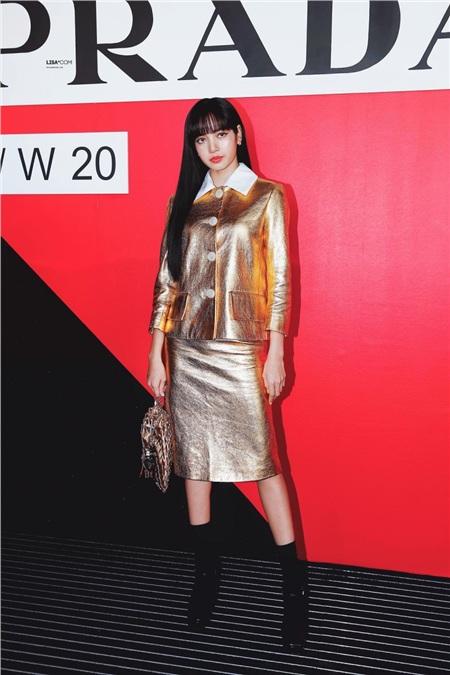 Diện set đồ 'nạm vàng' đi show, Lisa (Black Pink) ngay lập tức leo lên top trend thế giới 0