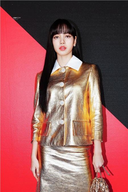 Diện set đồ 'nạm vàng' đi show, Lisa (Black Pink) ngay lập tức leo lên top trend thế giới 1
