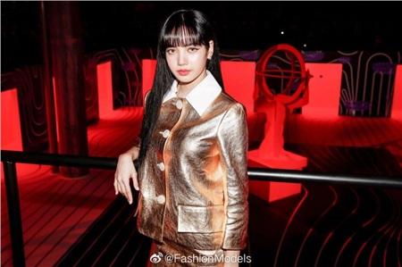 Diện set đồ 'nạm vàng' đi show, Lisa (Black Pink) ngay lập tức leo lên top trend thế giới 2