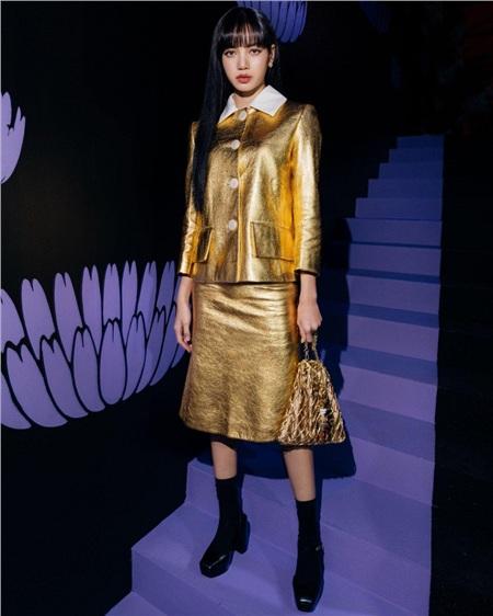 Diện set đồ 'nạm vàng' đi show, Lisa (Black Pink) ngay lập tức leo lên top trend thế giới 3