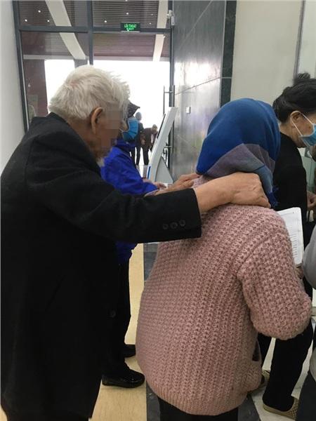 Cụ bà đưa cụ ông đi khám và câu nói khiến nhiều người nhận ra: Hạnh phúc chính là có ai đó để vịn tay tới già 1