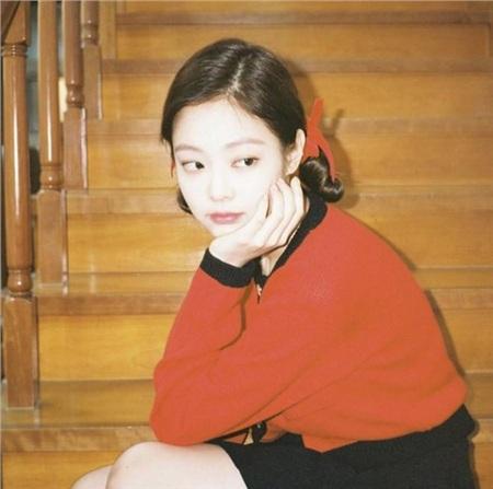 Tóc Pucca buộc nơ hai bên cũng không làm cho hình ảnh Jennie mang vẻ sến súa. Nàng rapper trở nên dịu dàng, đỏng đảnh như một quý cô thời xưa.