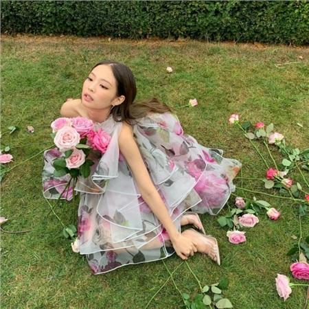 Jennie bỗng hóa thành nàng thơ lãng mạn với váy voan hoa bồng bềnh. Trang điểm tone hồng phớt và tạo dáng với hoa tươi xung quanh, cô dịu dàng như một nàng thơ mùa xuân mà không hề bị quá 'bánh bèo'.