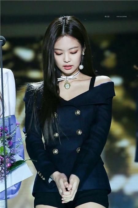 Jennie mang vẻ quý tộc, kiêu sa, khoe được xương quai xanh gợi cảm trong bộ blouse xanh navy, khuy vàng kết hợp cùng khuyên tai ngọc trai và vòng choker.