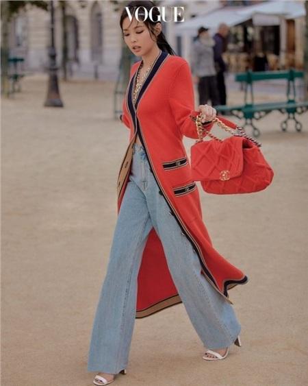 Với áo choàng dài và túi xách cỡ lớn đỏ nổi bật của Chanel, Jennie thu hút mọi ánh nhìn trên tạp chí Vogue danh giá.