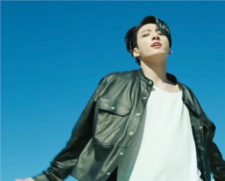 Bên cạnh phần nhạc vẫn chất lượng và vũ đạo đều tăm tắp, các fan còn quan tâm đến một vấn đề: sự cố lộ hàng hớ hênh của cậu út Jungkook.