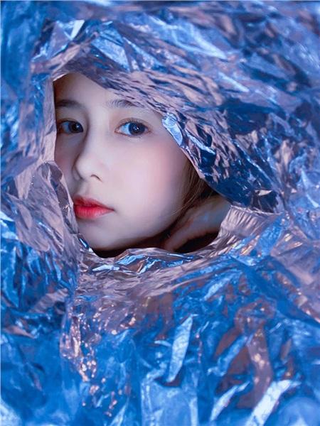 Cris Phan – Mai Quỳnh Anh đu trend chụp ảnh máy giặt, giấy bạc và cái kết 'lầy lội' cả đôi 9