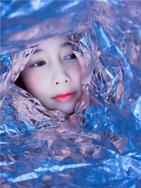 Mai Quỳnh Anh cũng rất chịu khó làm mặt xấu với giấy bạc, nhưng chỉ cần nghiêm túc tí thôi thì cũngxinh ngất ngây luôn nhé!