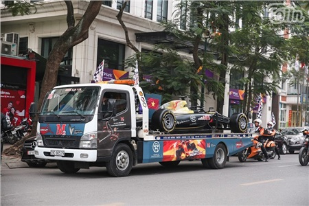 Diễu hành xe đua F1 tại Hà Nội: Mẫu xe quảng bá hình ảnh biểu tượng của Thủ đô gây chú ý 0