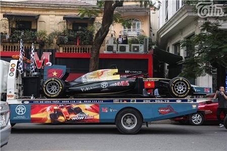 Diễu hành xe đua F1 tại Hà Nội: Mẫu xe quảng bá hình ảnh biểu tượng của Thủ đô gây chú ý 1