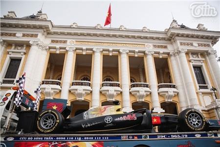 Diễu hành xe đua F1 tại Hà Nội: Mẫu xe quảng bá hình ảnh biểu tượng của Thủ đô gây chú ý 2