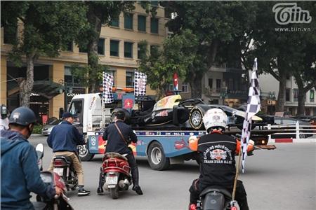 Mô hình xe đua F1 thu hút nhiều ánh nhìn trên đường phố