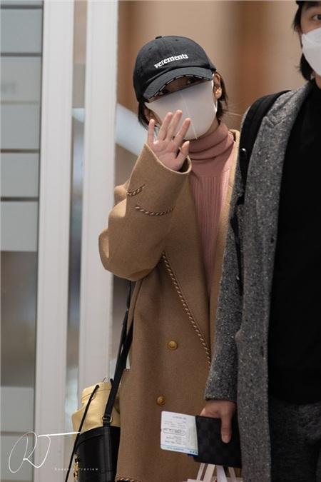 Màn đụng hàng giữa hai đại sứ Gucci: Kai bảnh bao, IU bé như 'hạt tiêu' khi diện cùng một mẫu áo 0