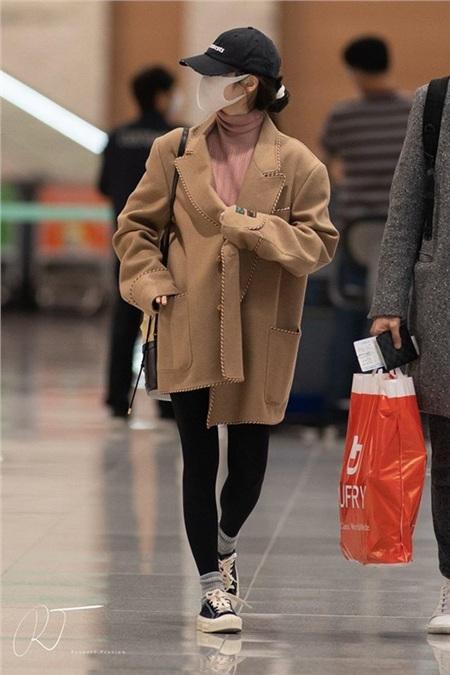 Màn đụng hàng giữa hai đại sứ Gucci: Kai bảnh bao, IU bé như 'hạt tiêu' khi diện cùng một mẫu áo 1