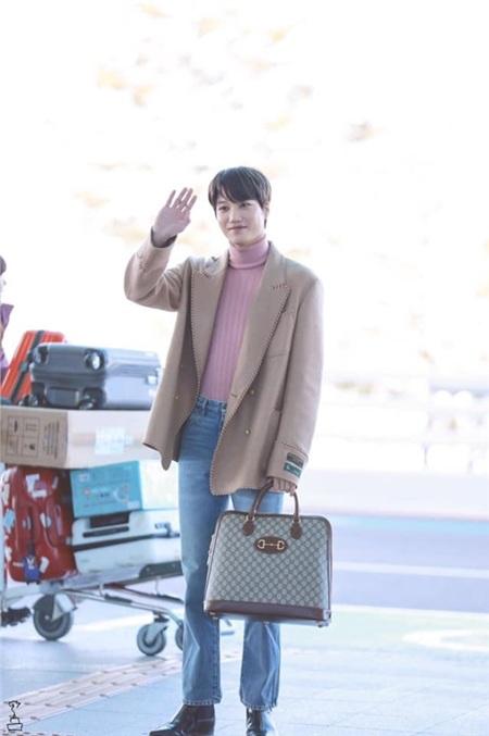 Không hổ danh Đại sứ toàn cầu Gucci, Kai khéo léo kết hợp với chiếc túi xách form lớn, vừa mang vẻ thanh lịch nhưng cũng không kém phần sang chảnh.