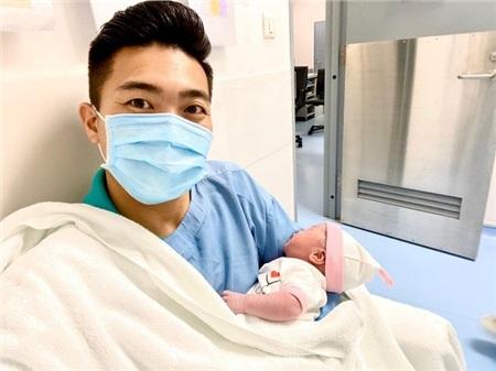 Quốc Cơ chụp ảnh với con gái mới sinh