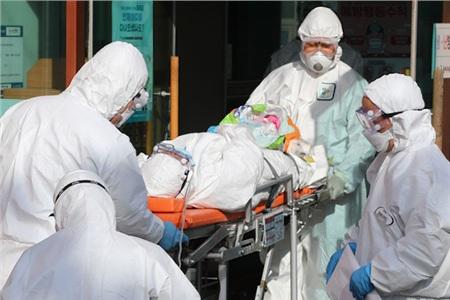 Nhiều trường hợp nhiễm COVID-19 được ghi nhận tại Bệnh viện Daenam ở Cheongdo, một điểm nóng của dịch - Ảnh: AFP